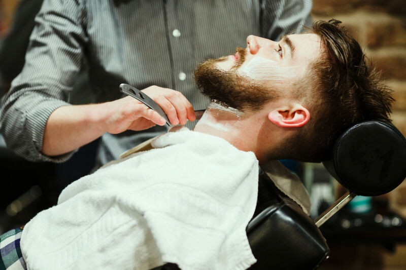 Ob beim Friseur, beim Barbier oder zu Hause in Eigenregie: Bartpflege ist das A und O für einen gesunden Bart.