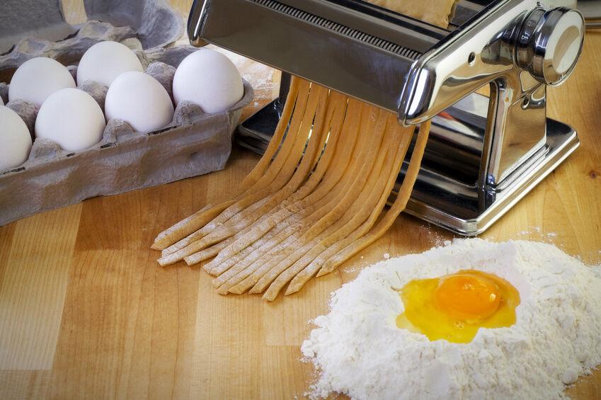 Frische Pasta selbst gemacht mit einer Nudelmaschine