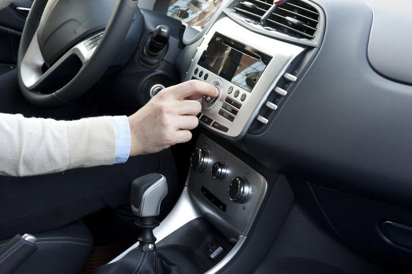 So bringen Sie eine Bluetooth-Freisprechanlage in Ihrem Fahrzeug an