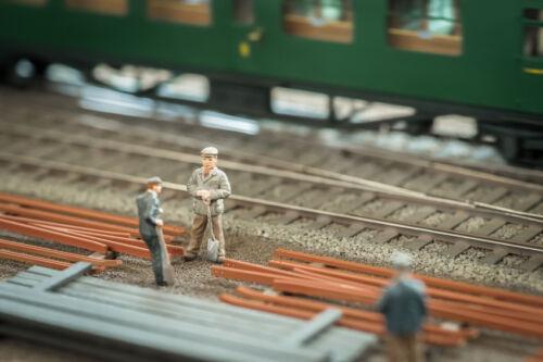 So stellen Sie bei Ihrer Eisenbahn aus Blech mit den passenden Figuren wirklichkeitsgetreue Szenen nach