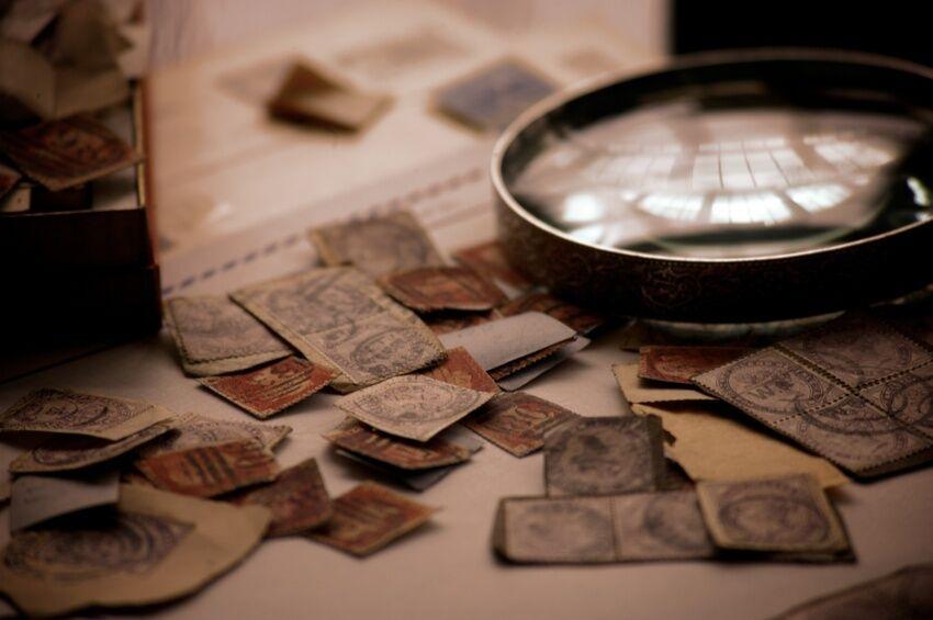 Von nützlich bis dekorativ: Briefmarken und Merchandising-Artikel der Bundespost