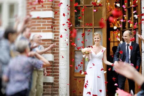 Konfetti als Hochzeitsdekoration: Rosenregen und Streuteile für die Trauung