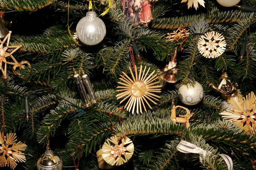 ohne glanz und glamour so schm cken sie ihren weihnachtsbaum mit strohsternen ebay. Black Bedroom Furniture Sets. Home Design Ideas