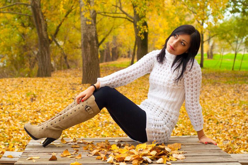 Winter-Outfit: Strickkleider mit Boots kombinieren