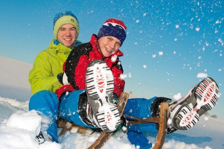 Die Trendsportarten des Winters: Snowkiten, Eisklettern, Tourenrodeln