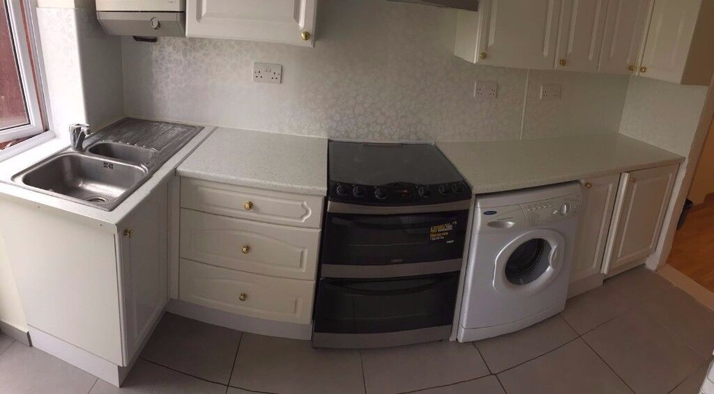 COMFORTABLE AND SPACIOUS DOUBLE SIZED ROOM TO RENT IN PLAISTOW - ALL BILLS INCLUDED