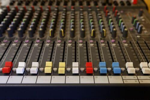 Soundcheck für große Räume: So beschallen Sie Hallen