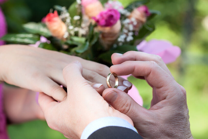 Your Guide to Buying Gold Wedding Rings on eBay