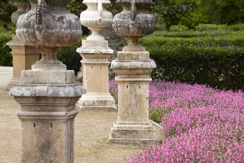 Ein Überblick über dekorative Sockel für Ihren Garten