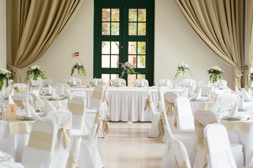 Ganz in Weiß: Dieses Geschirr passt auf den Hochzeitstisch