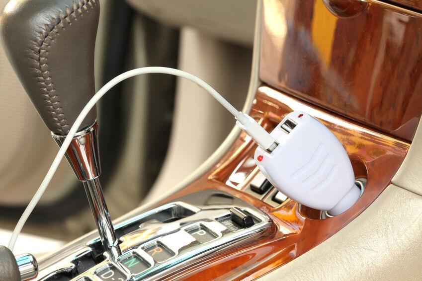 Smartphones und Co. am USB-Port des Bluetooth-Autoradios aufladen