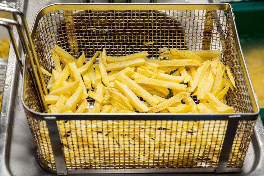 Heiß und fettig: Was Sie beim Einsatz einer Fritteuse beachten sollten