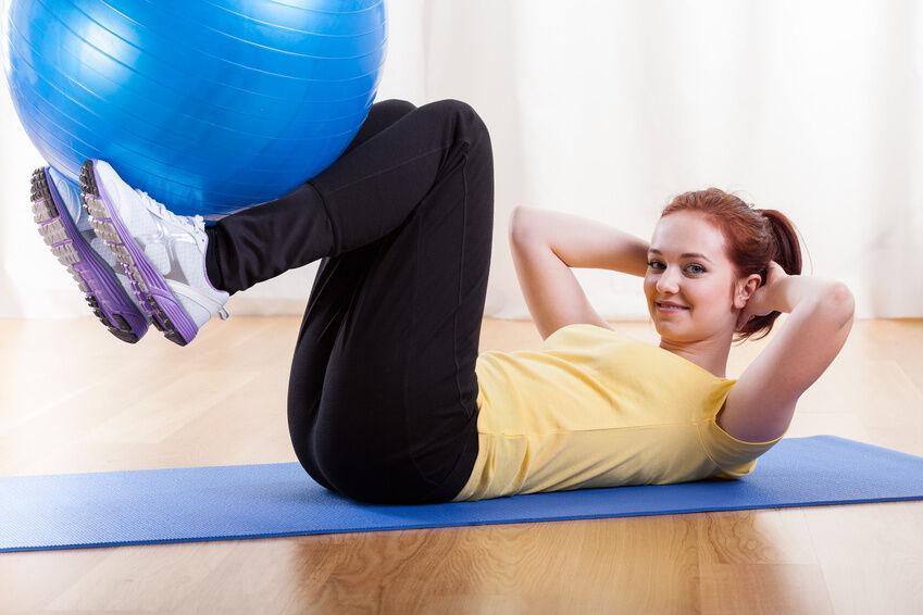 Gesundes Kreuz: So bleiben Sie mit einem Gymnastikball fit