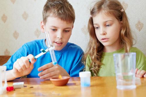 Wie vermittle ich meinem Kind spielerisch naturwissenschaftliche Themen?