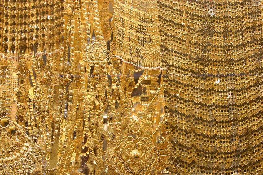 Stylingtipps für Vintage-Schmuck: ein Konvolut alter Goldkettchen