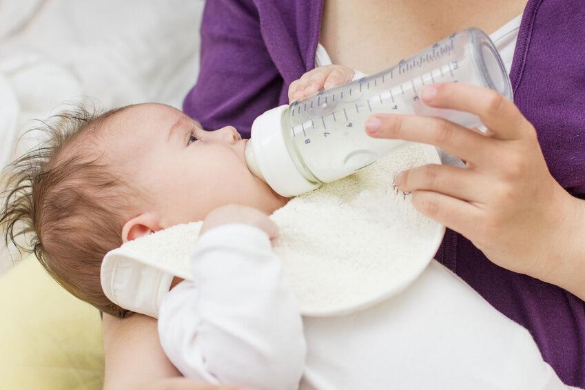 Glas oder Kunststoff? Welches Material ist für Babyflaschen besser geeignet?
