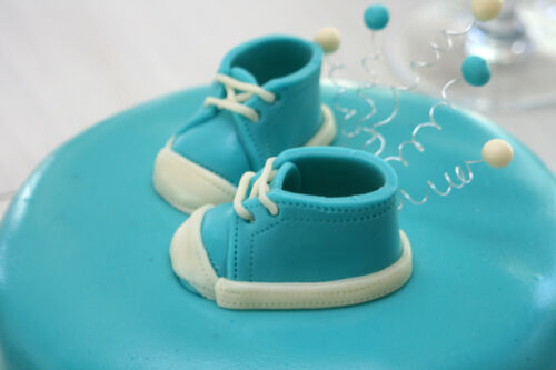 How to Buy Supplies for Decorating a Christening Cake