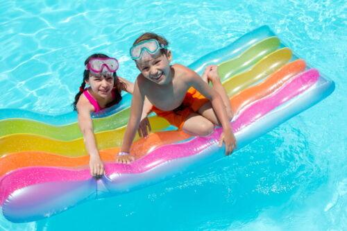 Mit der passenden Luftmatratze ist Ihr Kind im Schwimmbad, am Badesee und im Urlaub bestens gerüstet