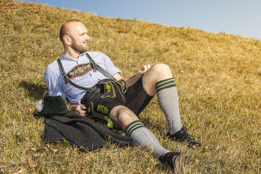 Bayerische Lederhosen stilsicher kombinieren