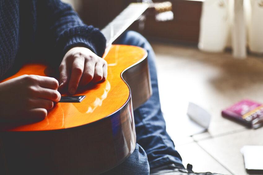 how to change acoustic guitar strings ebay. Black Bedroom Furniture Sets. Home Design Ideas