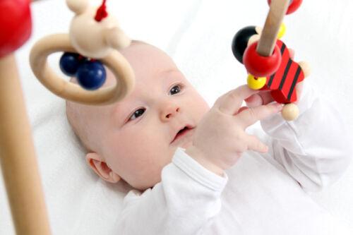 Mobiles mit Schwingfiguren wecken die Aufmerksamkeit von Babys