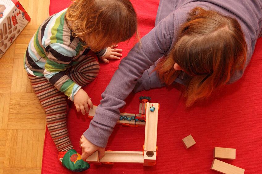 Holz oder Plastik? So finden Sie die passende Kugelbahn für Ihr Kind