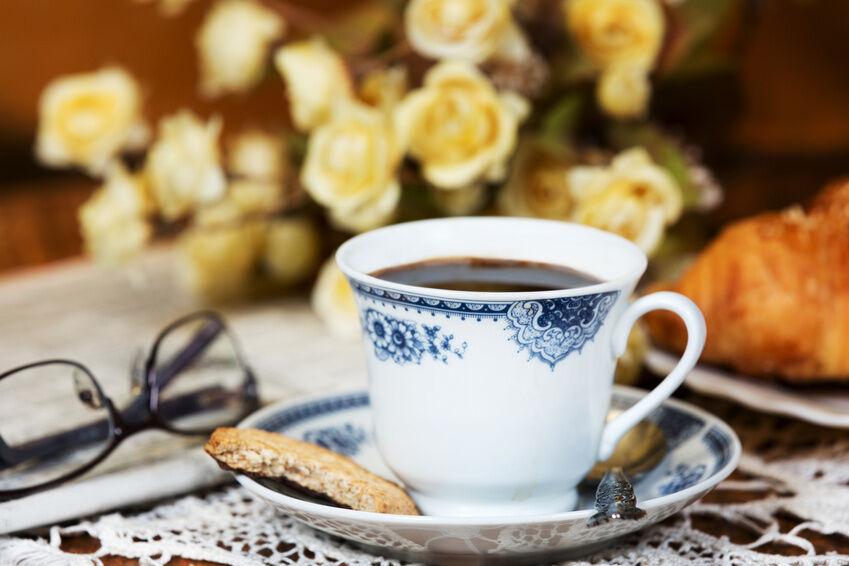 Dekotipps für nostalgische Kaffeetafeln: Vintage-Kaffeebecher