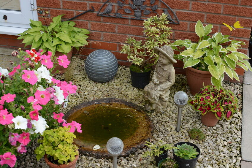 8 unique garden decor ideas ebay for Creative small garden ideas