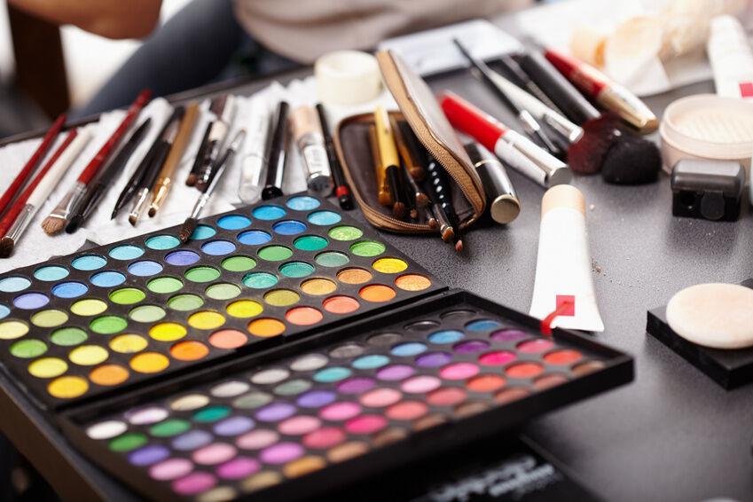 Mit Make-up auf Reisen: Die wichtigsten Schminkutensilien für unterwegs