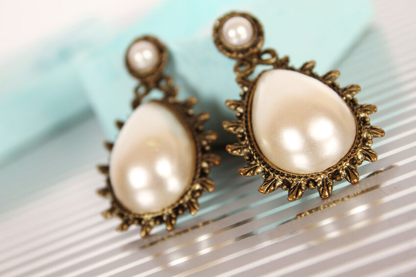 How to Choose Pearl Drop Earrings for a Spouse