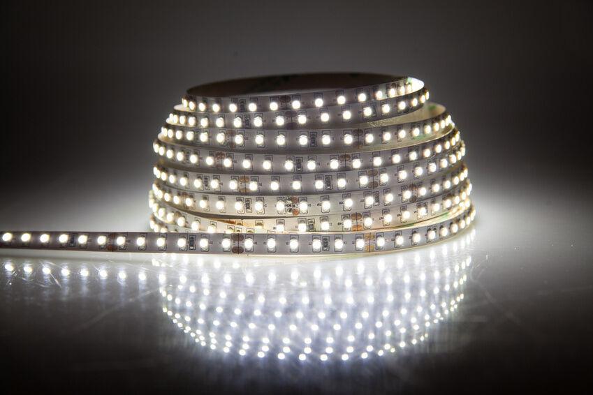 Eine Besonders Elegante Lösung Für Ihre Badezimmerbeleuchtung Sind  LED Streifen Und  Leisten. Hierbei Sind Die Kleinen Leuchtdioden Auf Einem  ...