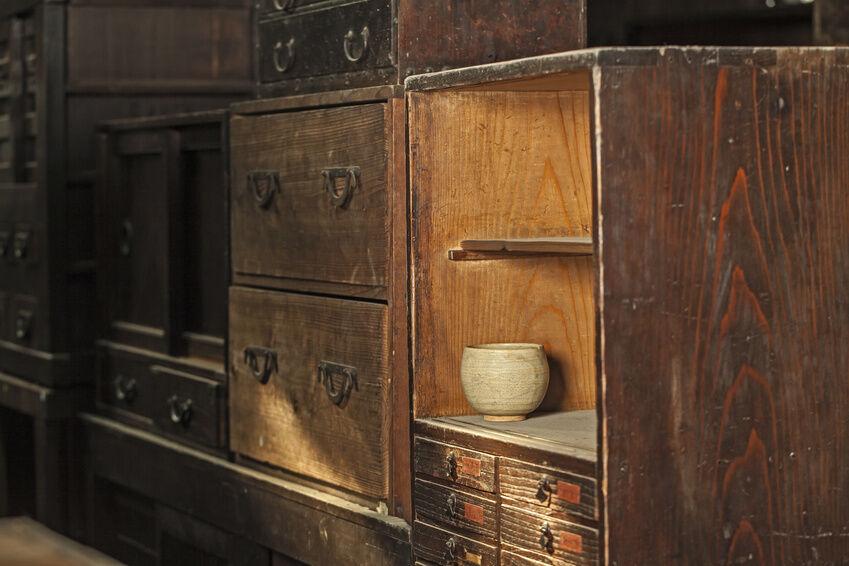 Wie Kombiniert Man Eine Antike Kommode Mit Modernen Möbeln?