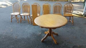Oak table. 6 chairs and 2 leafs