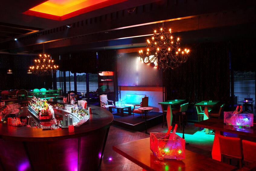 Chesterfield, retro oder leuchtend? Typische Stile von Cocktail-Möbeln im Überblick