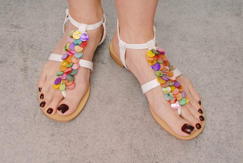 Glamouröse Sommerschuhe: Schmuck-Sandalen