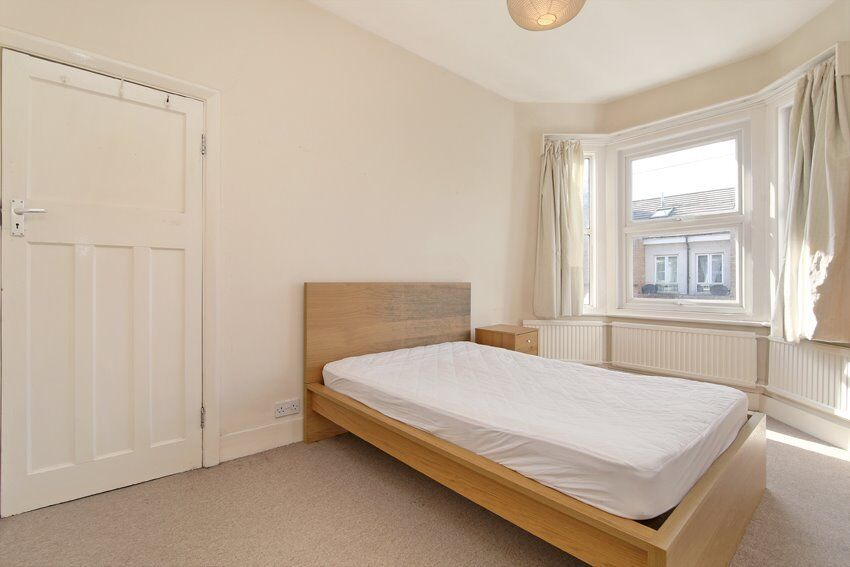 Spacious 3 bed flat to rent in Brixton. Available immediately.