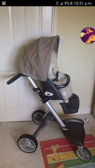 stoke pram in fab condition comes with 2 colour packs