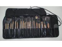 19 x NEW Bobbi Brown make-up brushes in a lovely black travel bag.