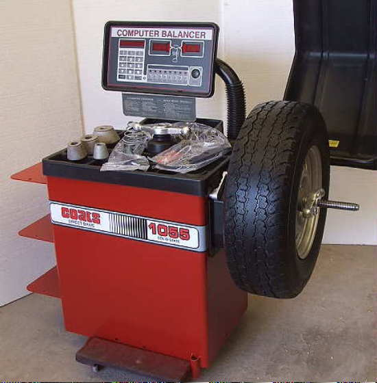 Photo Remanufactured Coats® 1055 Tire Balancer with Warranty