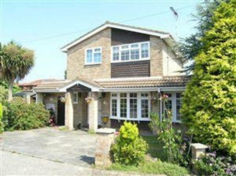 Detached 3 bed house with garage in quiet location; large kitchen& lounge with seperate dining room.