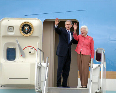 President George W  Bush And Barbara Bush Wave Goodbye 2005 8X10 Photo