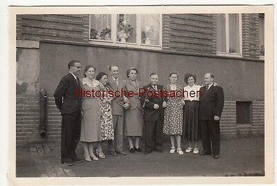 (F12626) Orig. Foto Silberhochzeit in Hannover 1954, Gruppenfoto am Haus