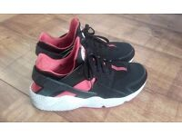 BLACK AND RED HUARACHE TRAINERS SIZE 9 SUIT SIZE 8 (ADULT SIZE)