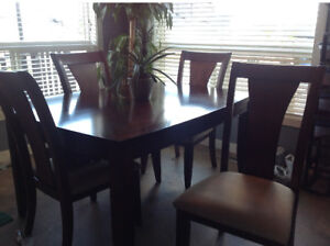 Kitchen table with 2 leafs and 6 chairs (2 with armrests)