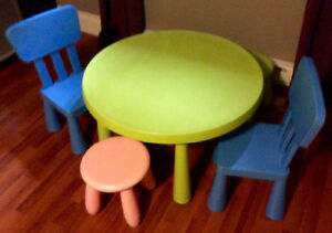 Table IKEA mammouth (table enfants) + chaises + bancs