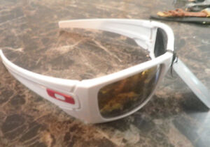 LUNETTES BLANCHES OAKLAY 100% UV POLARISÉES SEULEMENT 10$