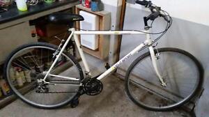 Vélo sport hybride blanc 18 vitesses roue 700 cadre 22po