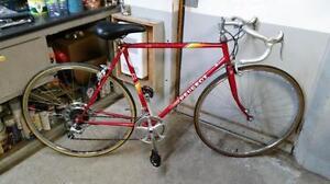 Vélo de course Peugeot rouge 10 vitesses roues 27po cadre 22.5po