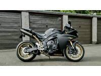 Yamaha R1 2011 big bang in black and gold