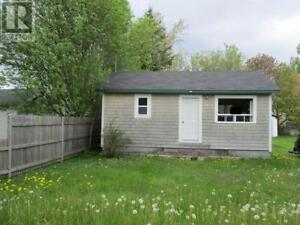 Winterized , large back patio, close to beach and wharf
